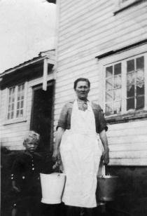 Josefine Gladstad sammen med sin sønn, Gunnar.