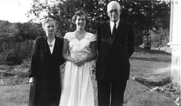 Konfirmanten Marion sammen med besteforeldrene Anna og Thomas Moen.