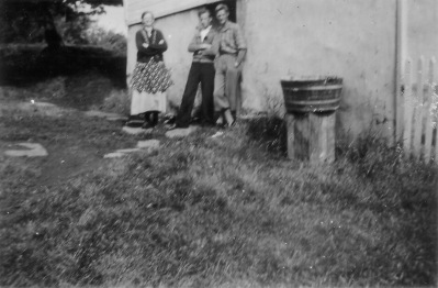 Martha Hellevik med sønn Ivar og Tore.