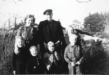 Bak Dagmar og Sigurd. Foran - Hans Morgan, Dagfinn, Gerd og to ukjente