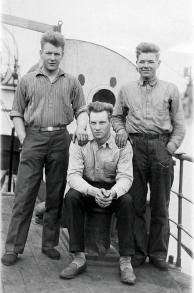 Einar og Thomas Ribe Ukjent i midten. Skip Fiorella, førstereis, tidlig -30