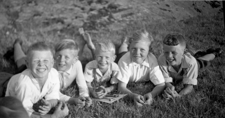 Fem glade gutter