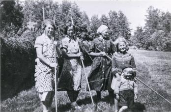 Høyonn 1941. Fra v. Ingeborg Olsen, Borghild Olsen, Mathilde Jonassen, Astrid Olsen og John Bjørnar Olsen