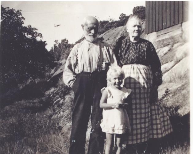 Karl og Tomine m. oldeb. Reidun 1935