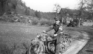 Olaf Isefjær som militærpoliti etter krigen. Her med den imponerende militærsykkelen