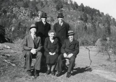 Olga Isefjær med brødre?