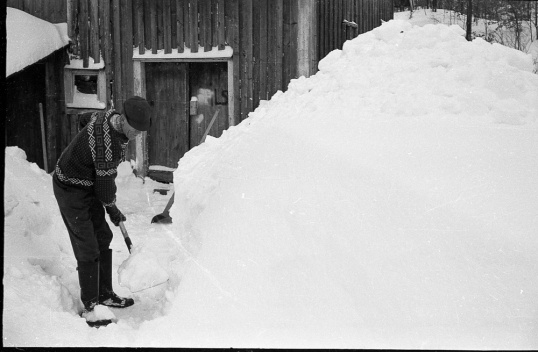 Tore Røinås skuffer snø