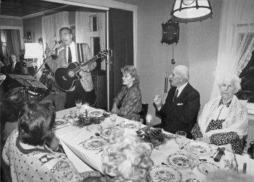 bjoro-synger-for-fru-guttormsen-georg-andersen-og-maria-snemyr-pa%cc%8a-hova%cc%8agheimen-ca-1990