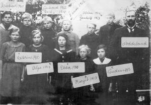 Bak fra venstre: Kristian, Gerhard, Karl Nilssen, Einar Tellefsen, Randulf og Oliver Nilssen. Foran fra venstre: Kathrine Nilssen, Olga Tellefsen, Ebba Nilssen, Margith Tellefsen og Gudrun Nilssen