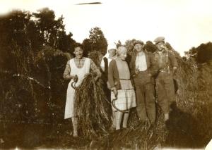 Kornhøst. Anny og Johan Gløtningsvåg med to ukjente mellom seg, og en ukjent til høyre