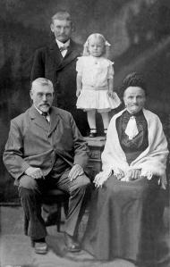 Kristian, Kathrine, Gregers H. Nilssen og Amalie Gregersen ca. 1913