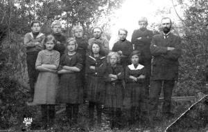 Lærer Oskar Birkenes. Bak fra venstre: Ragnar Edvardsen, Ingfrid Nygård, Ellen Andersen (Kristiansen), Karin Nygård, Åse Nygård og Lillian Andersen og Solveig Andersen.