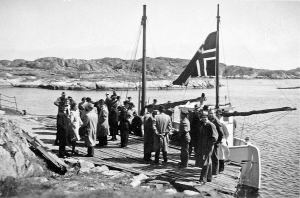Tomine Andersen på båre ombord i Dypvig, på vei til Bliksund, 1949