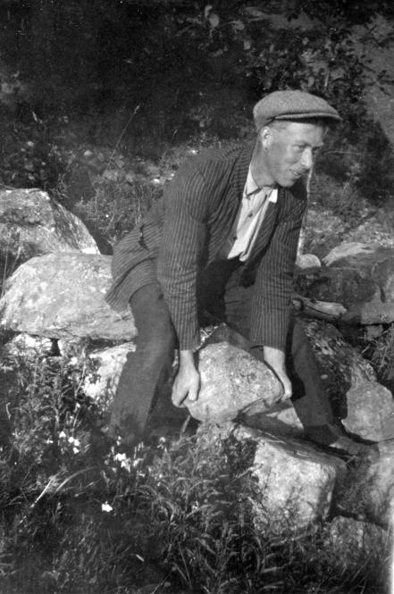 1928 - Sverre Simonsen reparerer steingjerdet
