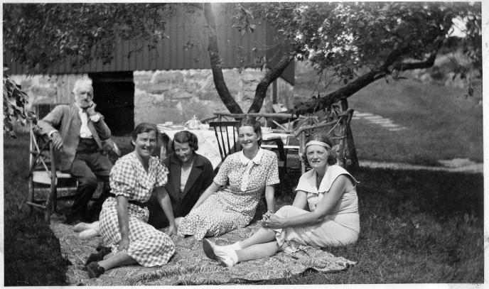Fra venstre Severin, Gudrun Hånes, venninne, Aasta og Margit