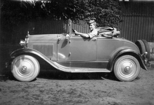 Gunnar Syvertsen med sin vakre Chevrolet som ble konfiskert av tyskerne og aldri kom tilbake