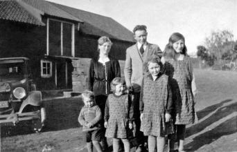 Hjemmesydde forklær. Fra venstre Gunnar Kjell, Astrid, Inger, Kåre, Else og Helene Fjermeros