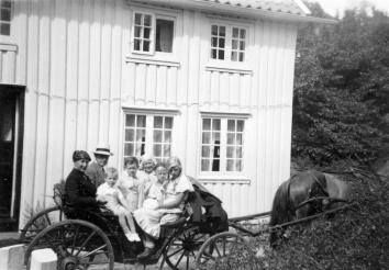 Ingeborg og Andreas med Arne, Peter, Gudny, Else Aagot og Margot klar for kjøretur