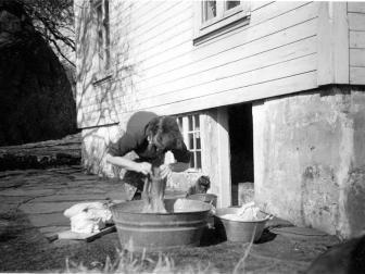 Mor Emma med tøyvask på gamlemåten