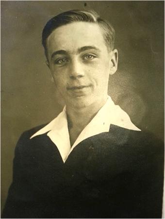 Passfotoet av Osvald Olsen, 1937, rett før han reiste ut som sjømann. Han måtte ha pass for å få hyre.