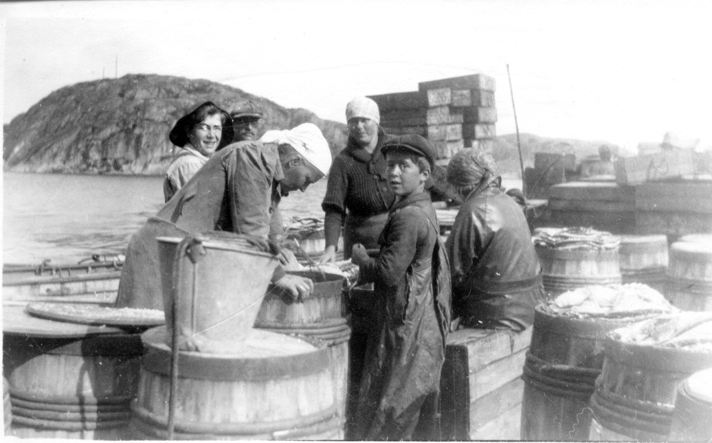 Salting. Trygve med sixpence foran og Bernhard bakerst. Damene er Kamilla, Torbjørg, Anne og Mary.