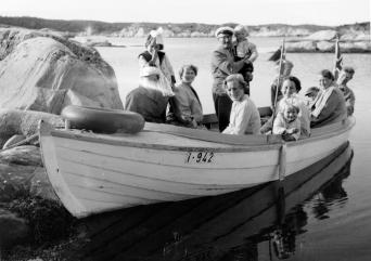 Fra v Tilda, ukj, Solveig, Ole Fjermeros m. Ole Johan, Foran dem, Reidun Haug, til høyre for henne, Helene Dalsmo m. Jorun, bak henne, ukjent, Svein Syvertsen, Astrid og Gunnar Syvertsen