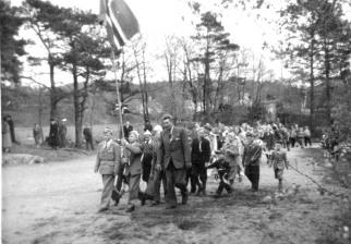 Lærer Knut Solås med 17. mai-toget på den gamle skoleplassen