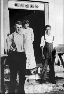 Foran: Holger Thomassen som døde under hummerfiske, Anna og Roald Thomassen.
